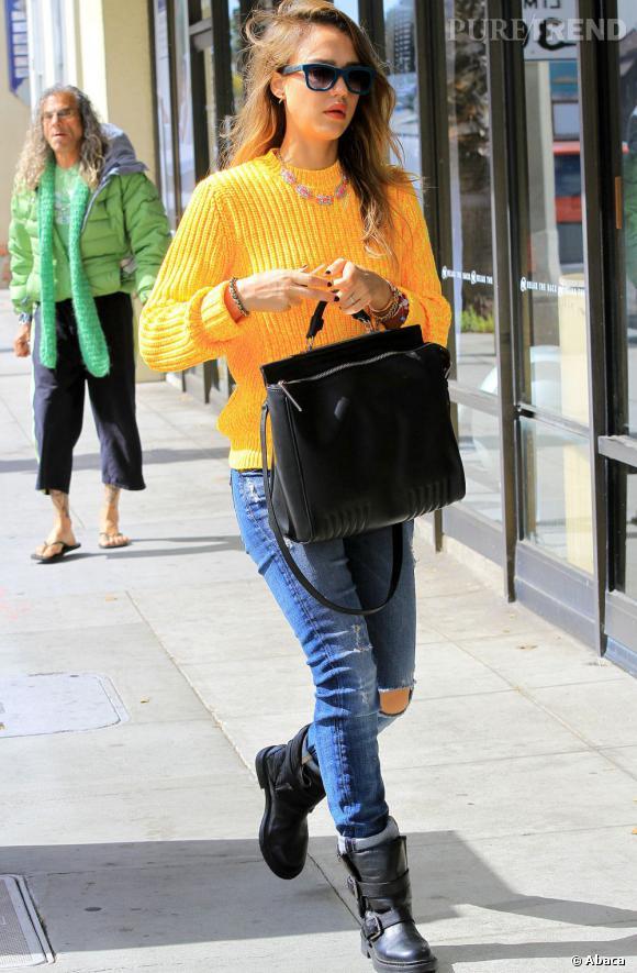 Jessica Alba, le pull pop dans les rues de Santa Monica.
