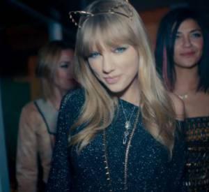 Jessica Szhor joue les guests dans le clip.