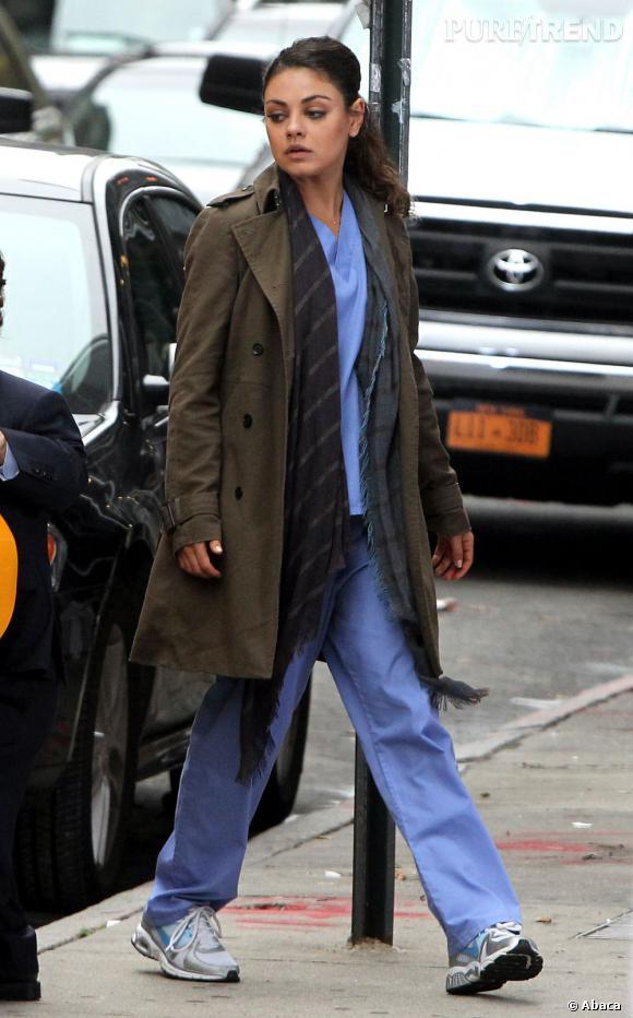 Le flop look de tournage : La silhouette camouflée dans une tenue d'infirmière et un long manteau kaki, la star n'est pas au mieux de sa forme.