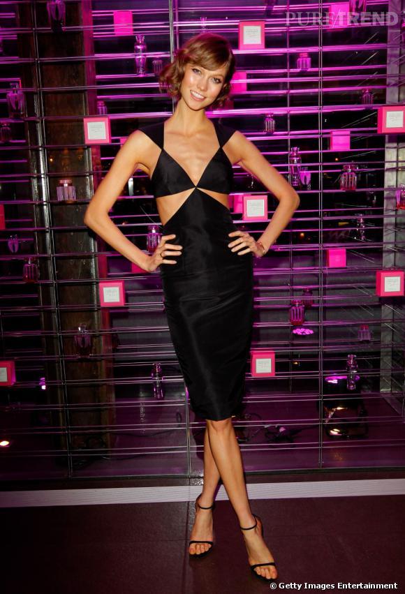 Karlie Kloss en robe noire sexy pour une soirée Victoria's Secret à Los Angeles.