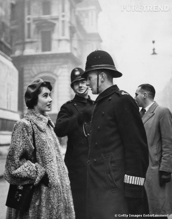A Londres, l'actrice se faisait remarquer avec ses longs manteaux en fourrure de diva.