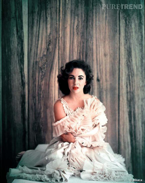 Elizabeth Taylor, tout simplement belle et touchante pour ce shooting en robe à froufrous rose poudré.
