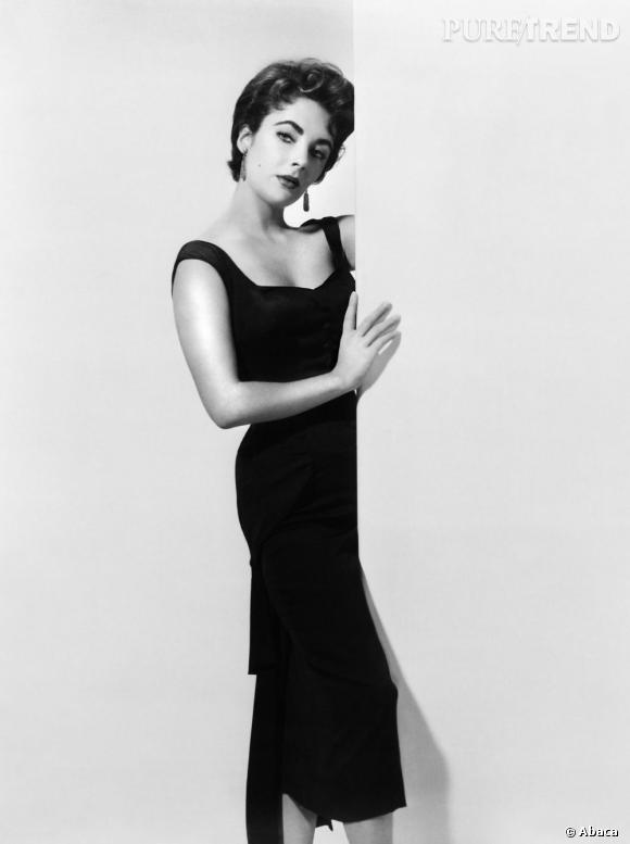 La petite robe noir au décolleté féminin, un basique qui permet à Liz de charmer.
