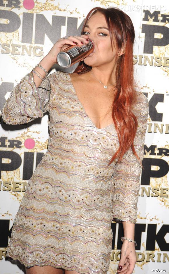 Malgré la sentence de son procès et les 90 jours qu'elle est censée passer en cure de désintoxication, Lindsay Lohan continue de boire... (Sur la photo d'octobre 2012, la star fait la publicité d'une boisson au ginseng)