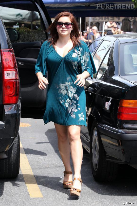 Ariel Winter sort la robe tropicale pour apprécier les rayons du soleil. Le problème, c'est que la robe la vieillit, et pas dans le bon sens du terme.