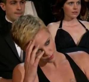 "Charlize Theron, furieuse après Seth Macfarlane qui chante ""We saw your boobs"". (à 1m06)."