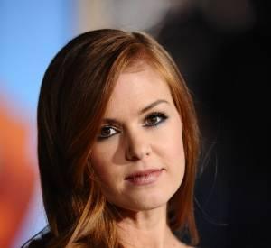 Isla Fisher opte pour un roux doux et charmant.