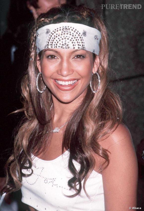Le flop accessoire :  Avec son maxi bandana à imprimé porté sur le front, Jennifer Lopez nous rappelle que les années 2000 n'avaient pas que du bon...