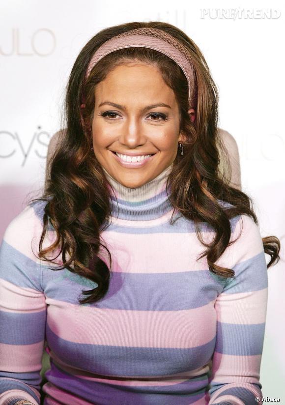 Le flop brushing XXL :  Jennifer Lopez voulait un look baby doll et un maximum de volume. Le problème, c'est qu'entre le hairband pas joli joli et le col roulé, l'allure est très chargée.
