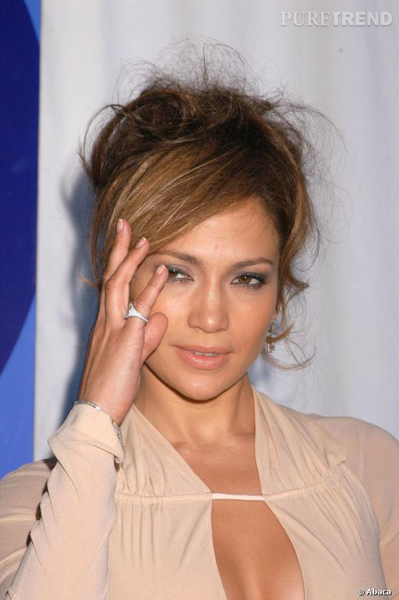 Le flop chignon flou :  Attention, Jennifer Lopez, a trop vouloir un effet décoiffé, on obtient une chevelure en désordre et pas franchement élégante.