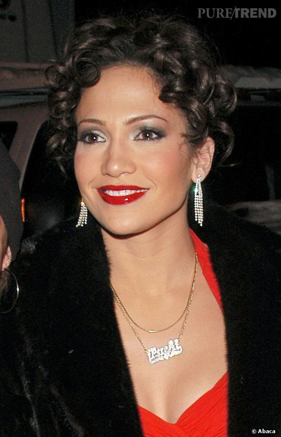 Le flop beauty look rétro :  Entre le chignon frisé, le smoky et la bouche rouge laquée, la tentative de Jennifer Lopez pour se transformer en diva rétro fait un flop.