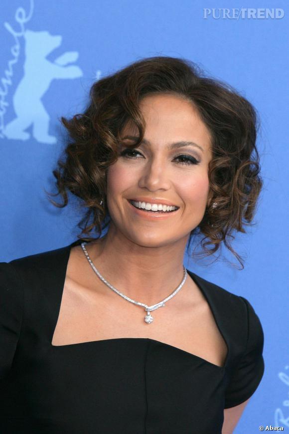 Le top pose :  Avec un sourire, Jennifer Lopez est nettement plus à son avantage.