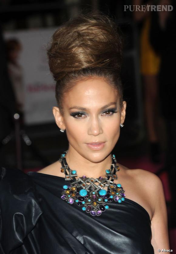 Le flop chignon XXL :  A trop vouloir monter le volume, Jennifer Lopez commence à ressembler à Marge Simpson.