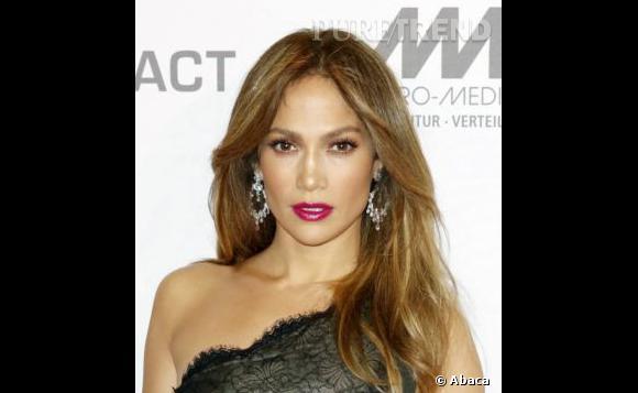 Le top bouche violine :  Cette fois, le regard est moins travaillé et Jennifer Lopez mise en valeur.