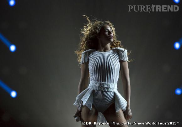 """Beyoncé en body blanc et épaulettes à franges pour """"The Mrs Carter Show World Tour"""" 2013."""