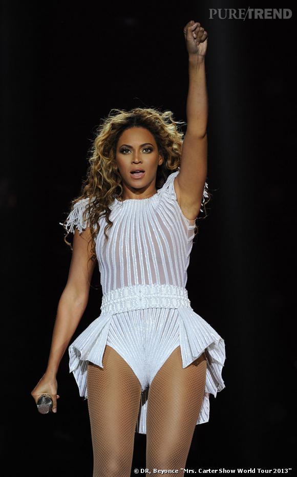 Beyoncé toujours magnifique dans son body blanc à paillettes, sait faire le show.