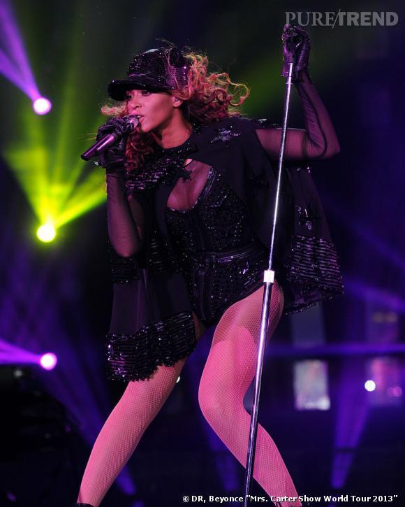 """Beyoncé en body noir à paillettes et décolleté transparent pour """"The Mrs Carter Show World Tour""""."""