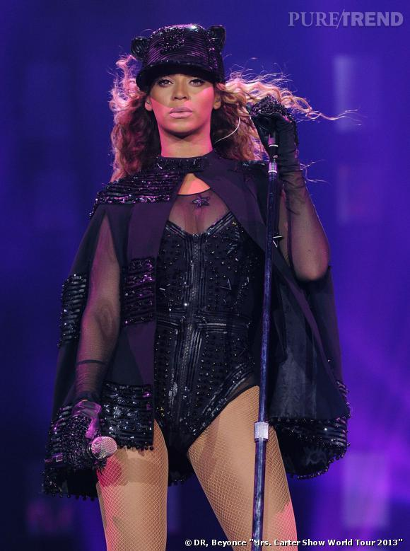 Beyoncé en body noir et cape noire à paillettes et une casquette à oreilles de chat. La star mise sur l'original et le sexy.
