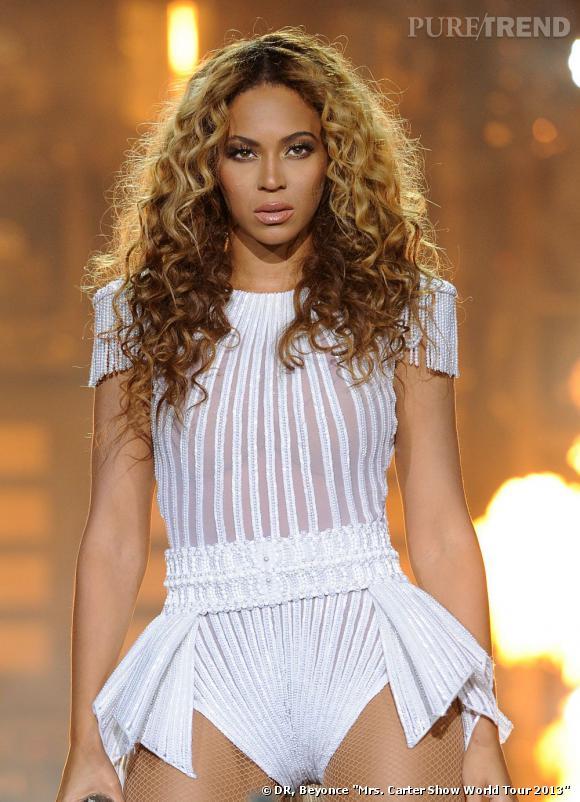 """Beyoncé en body blanc transparent et paillettée pour sa tournée """"The Mrs Carter World Tour"""" en 2013, dont 2 dates en France les 24 et 25 avril à Bercy."""