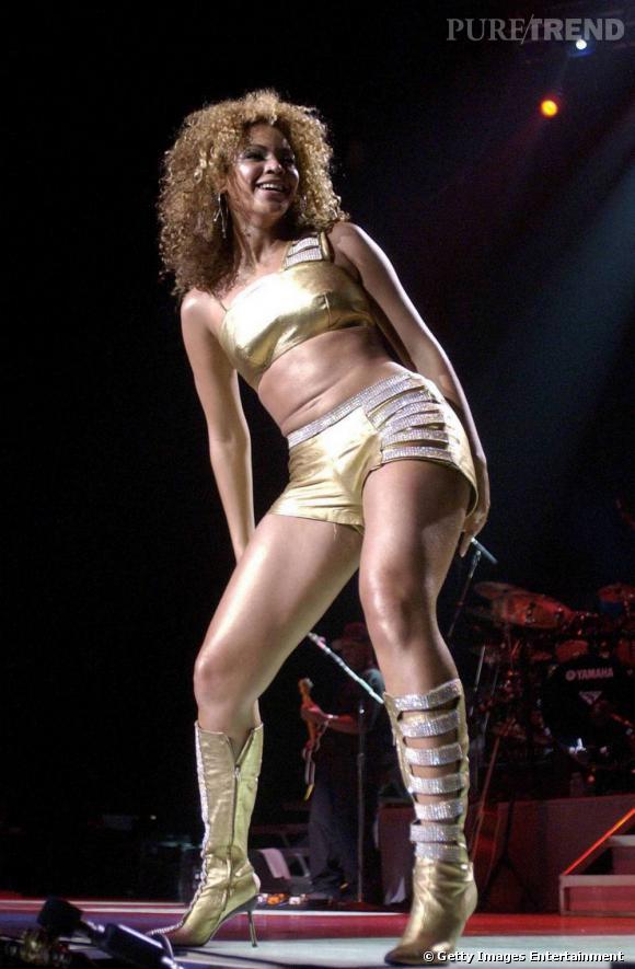 Beyoncé en total look doré et paillettes : la star a le sens du raccord niveau look. (2002)