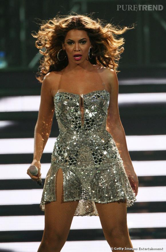 Beyoncé en robe à paillettes argentée pour un concert en Australie en 2007.