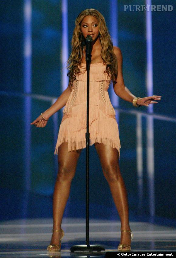 Beyoncé en concert avec les Destiny's Child en 2003 et sa robe à franges vieux rose.