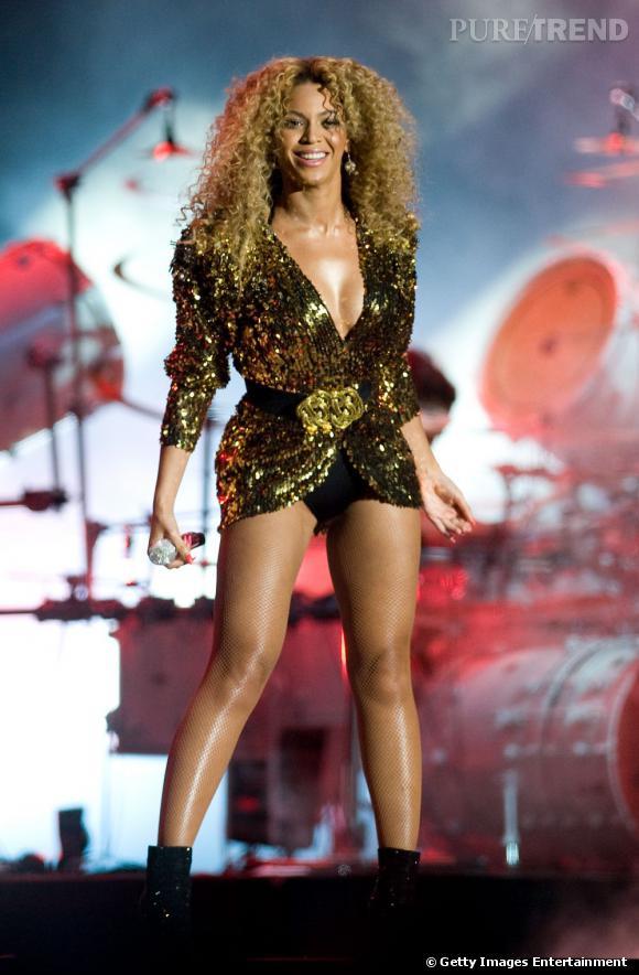 Beyoncé au festival de Glastonbury en 2011 avec une veste à sequins dorés.