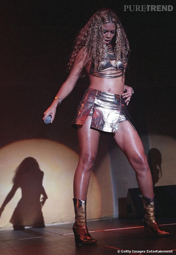 Beyoncé en total look cuir doré pour un concert à Sydney en 2008.