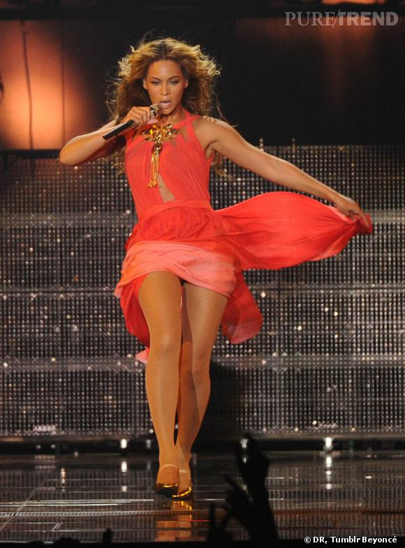 "Beyoncé en robe corail pour ""The Mrs Carter Show World Tour""."