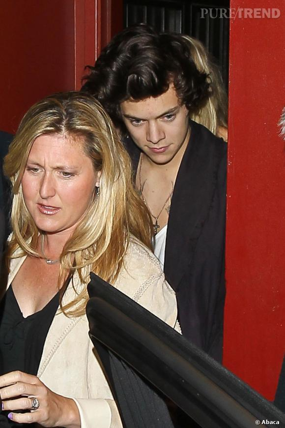 Harry Styles sort du restaurant avec la famille de Kimberly Stewart, à Los Angeles.