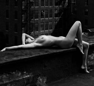 Nude, New York, 1975 (sur le toit).