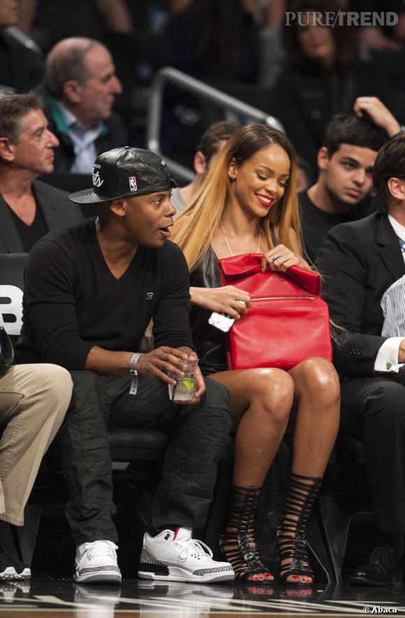 Rihanna, le 3 mai 2013 au soir, pour un match de NBA, arborait la pochette Céline façon sac en papier.