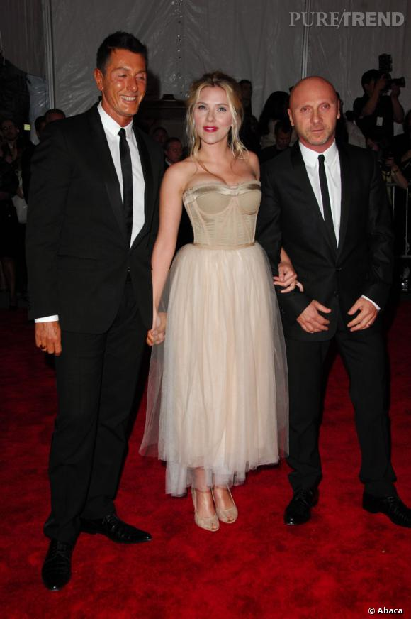Le Gala du Met Costume Institute en 2008 : Scarlett Johansson en Dolce & Gabbana (accompagnée des designers).