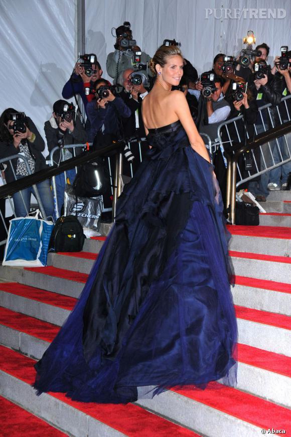 Le Gala du Met Costume Institute en 2009 : Heidi Klum est renversante en robe bleu nuit.