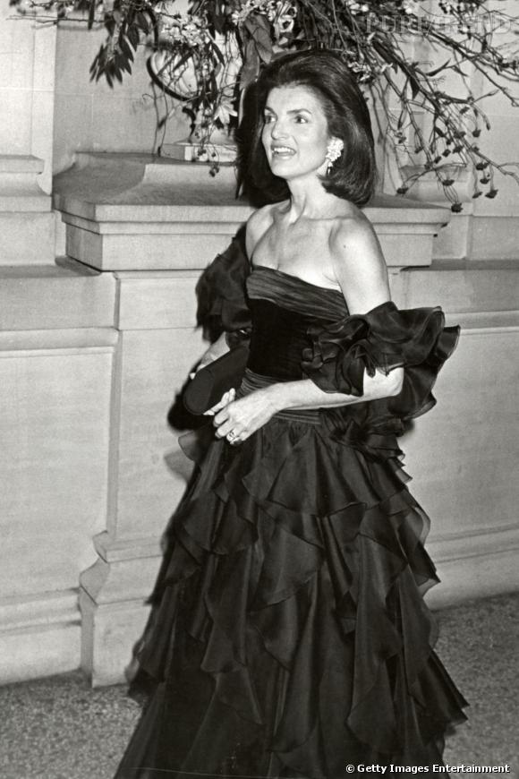 Le Gala du Met Costume Institute en 1979 : Jackie Kennedy dans une robe à froufrous noirs.