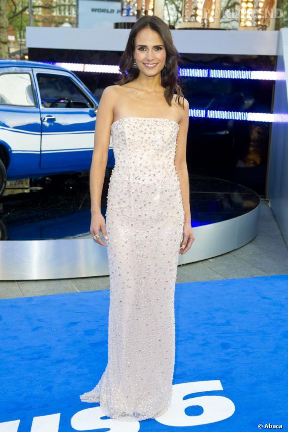Jordana Brewster porte une robe longue parcourue de perles grises pour un effet très glamour.