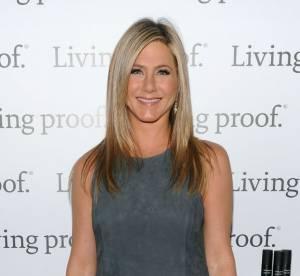 Jennifer Aniston, toute en jambes pour Living Proof