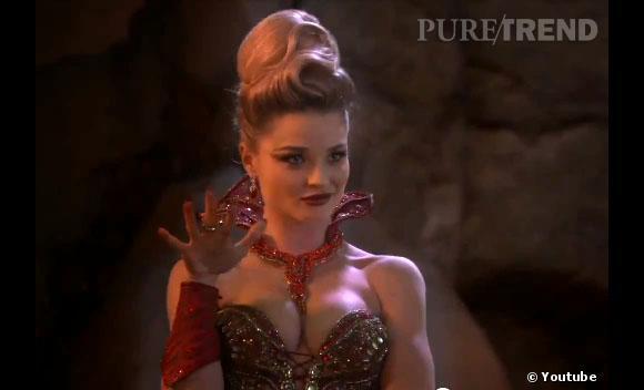 """La méchante reine, jouée par Emma Rigby, dans """"Once Upon A Time in Wonderland""""."""