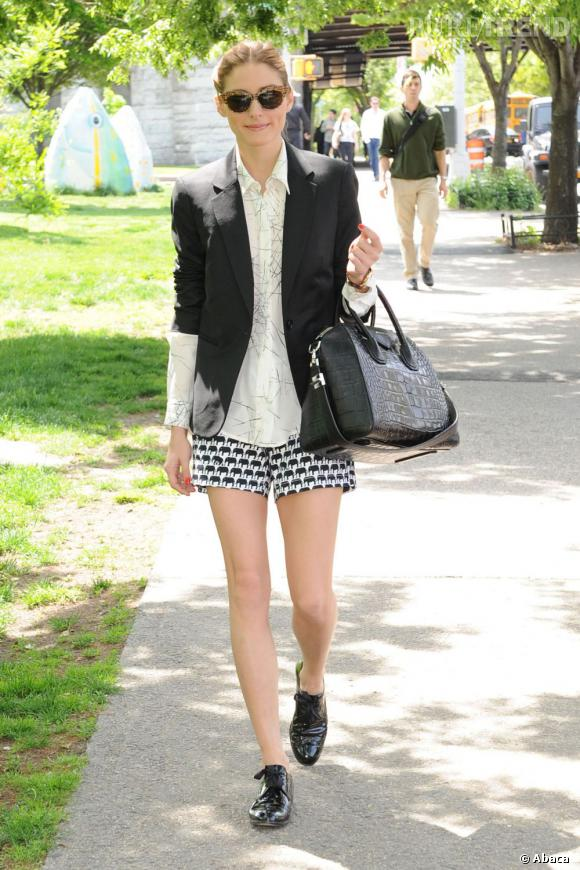 Olivia Palermo mise sur un look noir et blanc pour se promener dans New York.