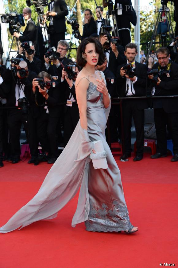 Asia Argento ose la robe déshabillée sur tapis rouge.