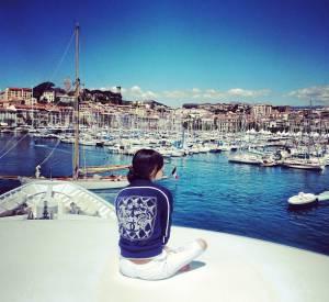 Chanel Iman observe Cannes de bon matin.
