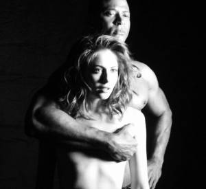 """Mais quel est ce shooting photo pour la série """"Arrow"""" ? David Ramsey et Willa Holland semblent très proches..."""