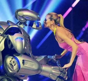 Heidi Klum, sur des echasses elle embrasse... un robot