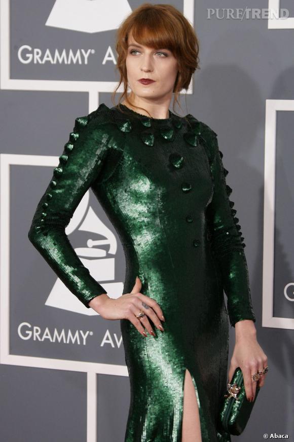 Florence Welch avec une robe de la couleur d'un sabre laser.