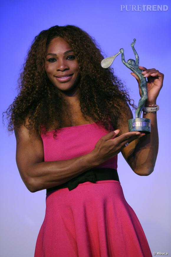 Serena Williams reçoit un prix lors du dîner ITF à Paris, le 4 juin 2013.