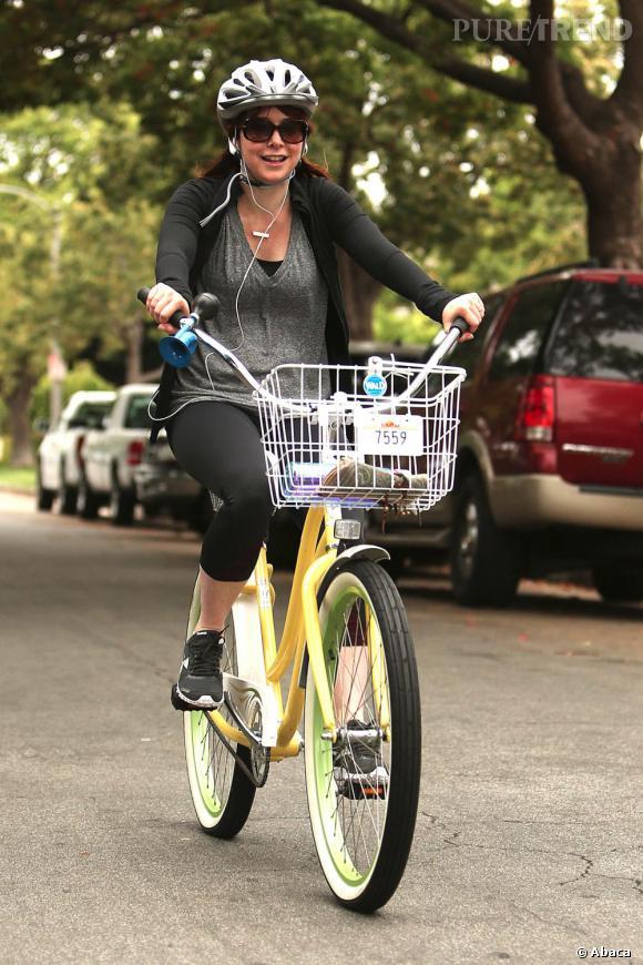 Alyson Hannigan fait sa gym matinale en grimpant sur son vélo.