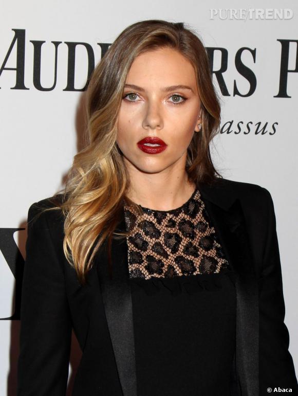 Le meilleur beauté du weekend :  Scarlett Johansson ose la bouche bordeaux lors des 67th Annual Tony Awards.