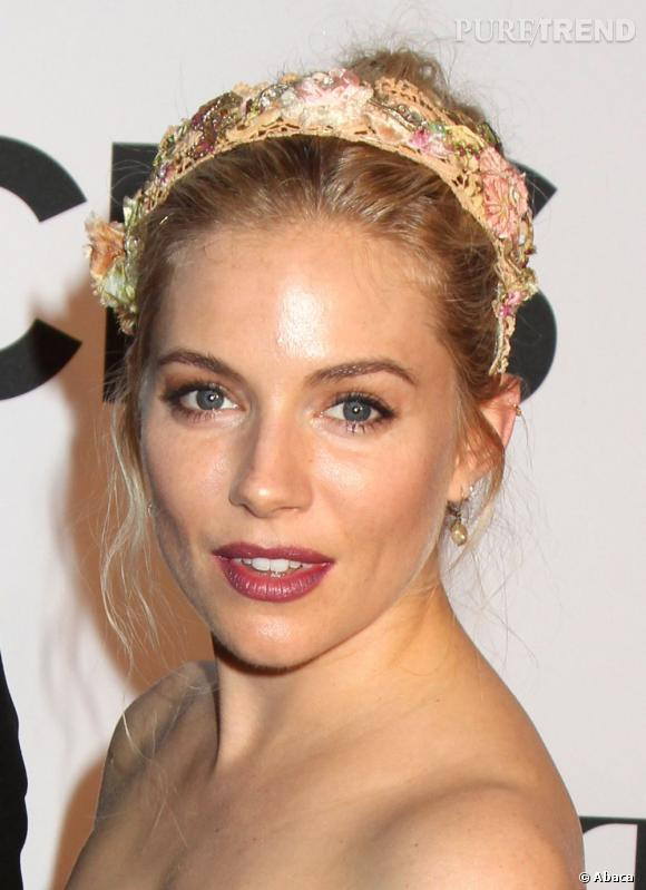Le meilleur beauté du weekend :  Sienna Miller opte pour un headband printanier et fleuri.