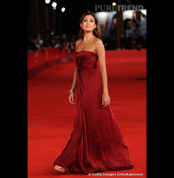 Eva Mendes, sublime en robe bustier rouge.