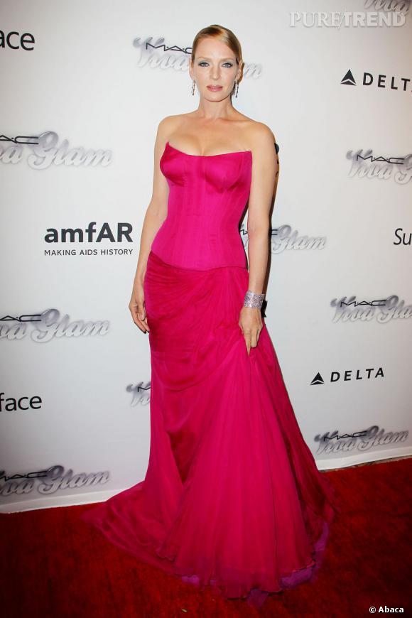 Uma Thurman voyait la vie en rose avec sa robe flashy lors du gala de l'amfAR à New York, le 13 juin 2013.